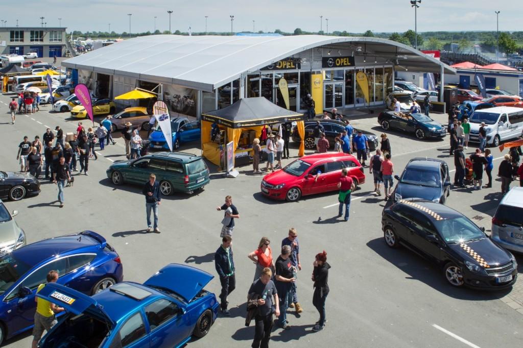 Auch in diesem Jahr ein beliebter Treffpunkt auf dem Opeltreffen in Oschersleben - das Opel-Zelt Foto: © GM Company